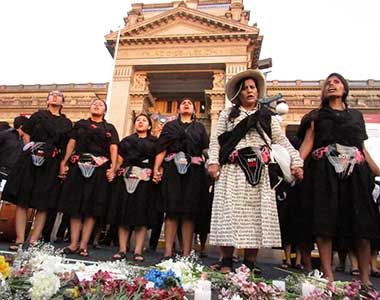 Peru women standing together